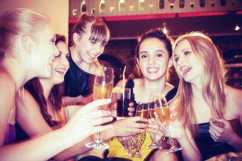 Hold deg i aktivitet på festen. Dans, gå rundt og snakk med forskjellige folk.