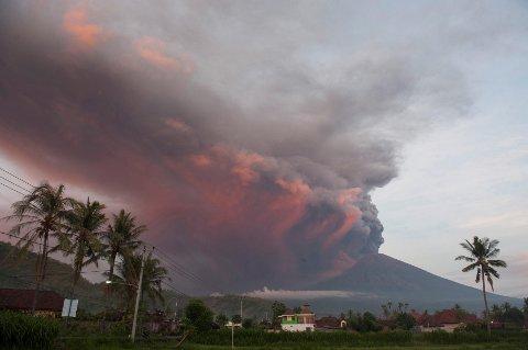 UTBRUDD? Vulkanen Agung på den populære indonesiske ferieøya Bali spydde i helgen ut aske så høyt som 3.000 meter opp i været