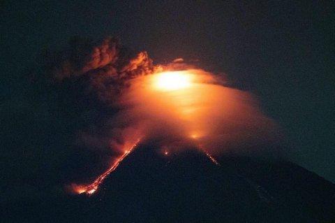 Lava renner nedover langs fjellsiden på vulkanen Mayon, her fotografert fra byen Legazpi.