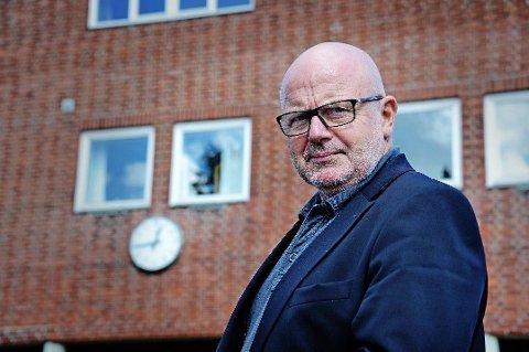 KULDESJOKK: Rektor Erik Otto Lund måtte mandag sende elevene ved Gressvik ungdomsskole hjem etter at varmeanlegget inne på skolen hadde slått seg av.