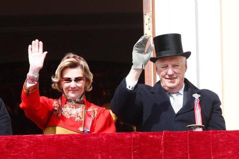Kongefamilien hilser barnetoget i Oslo fra Slottsbalkongen 17. mai. På bildet fra v. dronning Sonja og kong Harald.
