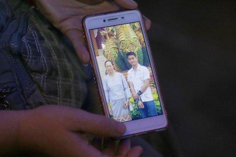 Tanta til fotballtrener Ekkapol Chantawong viser fram et mobilbilde av treneren sammen med sin bestemor.