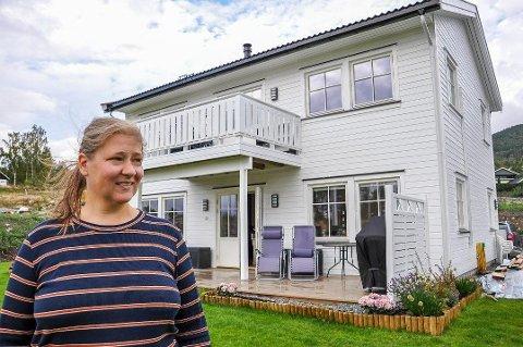 FRA BLOKK TIL ENEBOLIG: Hilde Julsvik Kristoffersen og familien flyttet inn i sitt nye hus på Hadeland i mars i år.