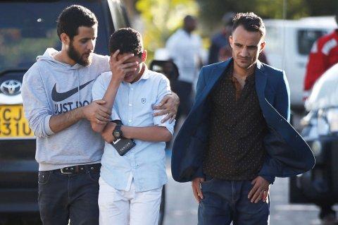 Alle de 157 om bord mistet livet i flystyrten. Bildet viser en av de pårørende på vei ut fra et informasjonssenter i Nairobi i Kenya søndag.