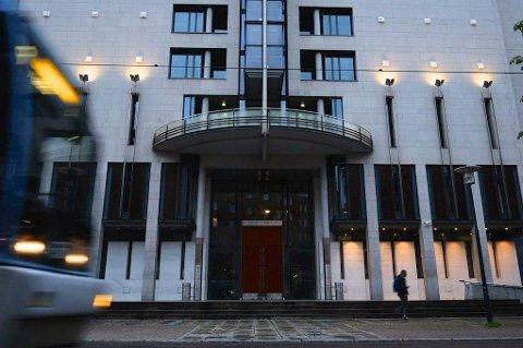 En 32 år gammel kvinne må mandag møte i Oslo tingrett tiltalt for å ha forsøkt å rive hijaben av en kvinne.