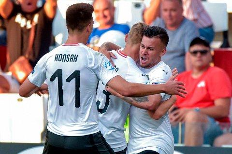 Sasha Horvat (t.h.) feirer 2-0-målet mot Serbia i åpningskampen. Her juber han sammen med lagkompisene Maximilian Ullmann og Mathias Honsak.(Franco Debernardi/ANSA via AP)