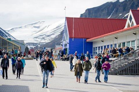 FÅ VARME DAGER: Det er sjeldent det er gode og varme sommerdager på Svalbard, og innbyggerne kan ikke forvente tropenetter med det første. Bildet er fra juli 2015. Foto: Tore Meek / NTB scanpix