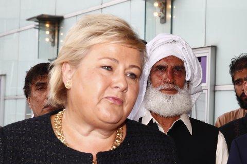 Erna Solberg og regjeringen bør snarest instruere PST om å lage en ny trusselvurdering for landet. Helten Mohamed Rafiq som overmannet gjerningsmannen i bakgrunnen.