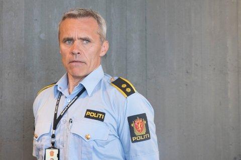 MISTENKELIG LAPP: Trond Blikstad, leder for etterforskningsseksjonen ved Ringsaker lensmannskontor, forteller at politiet etterforsker saken etter at en lapp ble funnet ved moskeen i Brumunddal. Foto: Terje Pedersen / NTB scanpix