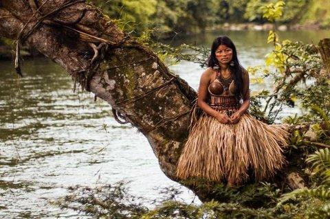 Denne kvinnen i Amazonas i Ecuador har på seg bryllupsantrekket sitt - sminke av pollen og kjole av strå og kokosnøtter.