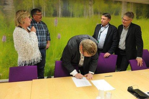 UVANLIG: Her signerer Helge Fossum (Frp) samarbeidsavtalen med Arbeiderpartiet, SV, Venstre og KrF om styre av Nittedal kommune de neste fire årene. - Jeg har stor respekt for at mange synes det er uvanlig, sier Ap-ordfører Hilde Thorkildsen.