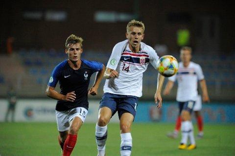 VISES DIREKTE: Elias Hagen er blant spillerne du kan se i aksjon i Nettavisen Direktesport. Her i en kamp mot Frankrike.