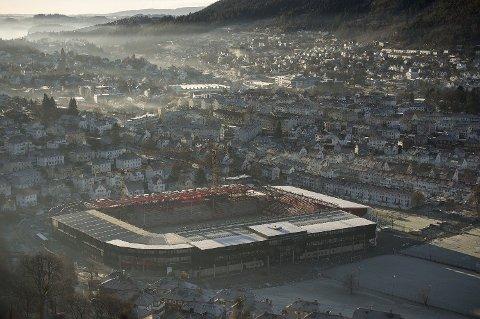 RØDT FARENIVÅ: Bergen kommune har varslet at det torsdag er fare for periodevis høy luftforurensing i trafikkerte strøk i Bergen. Fram til søndag er det ventet lite vind, oppholdsvær og fare for inversjon. På bildet: Bydelen Minde like sør for Bergen sentrum.