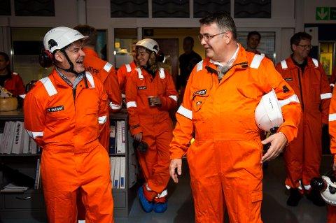 Olje- og energiminister Kjell-Børge Freiberg (t.h.) besøkte i slutten av oktober Ekofisk-feltet i Nordsjøen for å markere at det er 50 år siden oljefunnet ble påvist av det amerikanske oljeselskapet Phillips Petroleum Company (i dag ConocoPhillips). Her er han sammen med Trond-Erik Johansen.