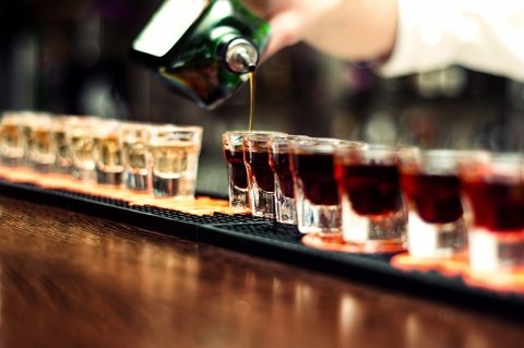 Det haster å få på plass konkrete tiltak for hvordan skadelig alkoholforbruk skal reduseres. Foto: Shutterstock