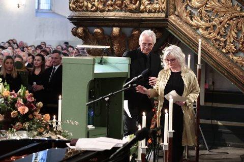 HAR VALGT ÅPENHET: Ari Behns mor og far, Marianne Behn og Olav Bjørshol under bisettelsen i Oslo domkirke.