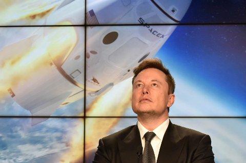 HIMMELSK: Du skal få din lønn i himmelen, heter det i teksten. Tesla-topp Elon Musk får litt før den tid også, for å si det forsiktig.