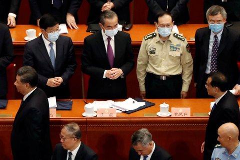 FOLKEKONGRESSEN: I tillegg til beskjeden om å droppe økonomiske vekstmål, ble et forslag om en ny sikkerhetslov for befolkningen i Hongkong lagt frem. Her spaserer den kinesiske presidenten Xi Jinping og statsminister Li Keqiang forbi utenriksministeren og forsvarsministeren.