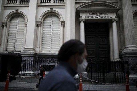 TRUER KREDITORER MED KONKURS: Argentina har for tredje gang utsatt fristen for å betale en gjeld på 66 milliarder dollar, tilsvarende 635 milliarder norske kroner.