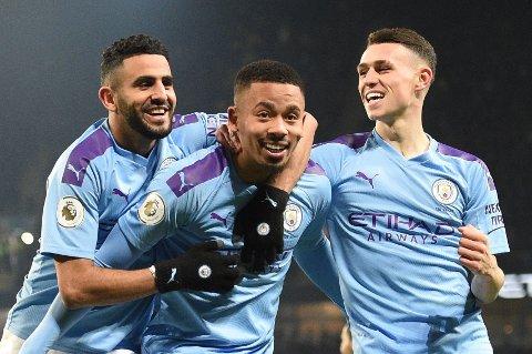 Gabriel Jesus (midten) jubler sammen Riyad Mahrez og Phil Foden etter scoringen sin mot Everton i Premier League. Vi tror på mer jubel i kveld.