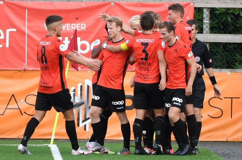 Åsanes-spillerne jubler etter seieren mot Sandnes Ulf på Myrdal stadion i forrige serierunde.