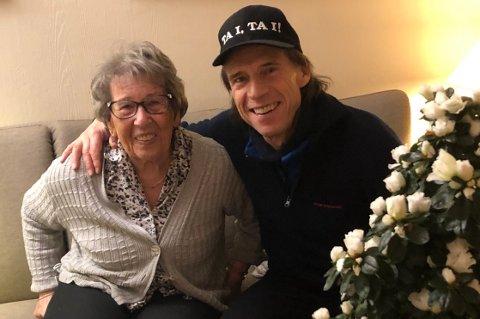 GLEDER OSS: - Mutter'n på 92 år og jeg som koser oss med juleblomster og gleder oss til julaften, skriver Jan Bøhler om dette bildet. Foto: Privat