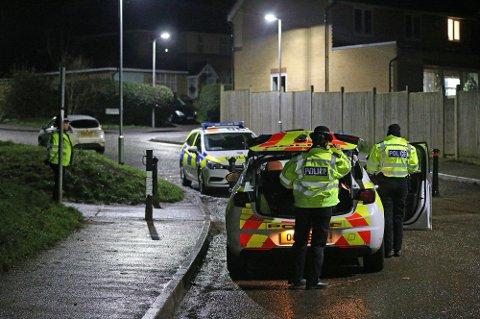 DREPT: Den 13 år gamle gutten ble erklært død på stedet etter knivstikkingen søndag. Bildet viser politiet på åstedet i Reading i England.