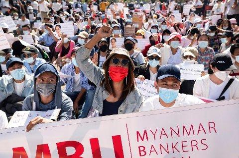 BREDE DEMONSTRASJONER MOT KUPPET: Folk fra alle samfunnslag i Myanmar demonstrerer mot militærkuppet - her bankansatte utenfor landets sentralbank i Yangon torsdag 11. februar.