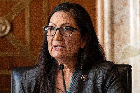 Kongressrepresentant Deb Haaland er godkjent som USAs nye innenriksminister. Hun blir den første fra USAs urfolk som leder departementet med ansvar for føderale landområder, nasjonalparker og urbefolkningen. Foto: Jim Watson / Pool via AP / NTB