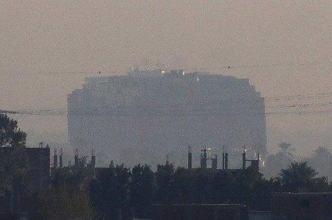 STO FAST: Skipets akterende er mandag morgen blitt trukket bort fra bredden av Suezkanalen.