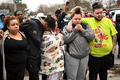Venner og familie av Daunte Wright (20) samlet seg få timer etter hendelsen i en forstad til Minneapolis søndag. Wrights mor Katie står i midten. Foto: Aaron Lavinsky/Star Tribune via AP / NTB