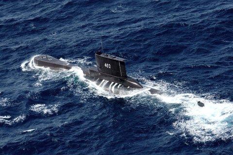 SAVNET:Et bilde fra 2014 av den indonesiske ubåten som nå er savnet utenfor kysten av Bali. Det indonesiske forsvaret opplyste torsdag at ubåten kan ligge på mellom 600 og 700 meters dyp, noe den ikke er konstruert for.