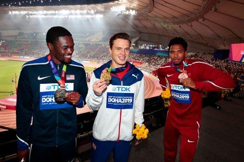 Fra venstre Rai Benjamin (USA), Karsten Warholm og Abderrahman Samba (Qatar) etter VM i 2019. Foto: Lise Åserud / NTB
