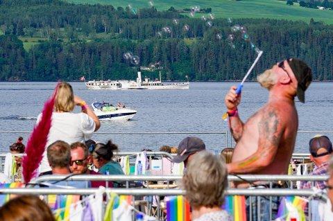 Det var skikkelig finvær under Fredvikafestivalen på Gjøvik sist lørdag. Til helga blir det nok enda varmere, men temperaturer helt opp mot 30 grader nord på Østlandet. Foto: Heiko Junge / NTB