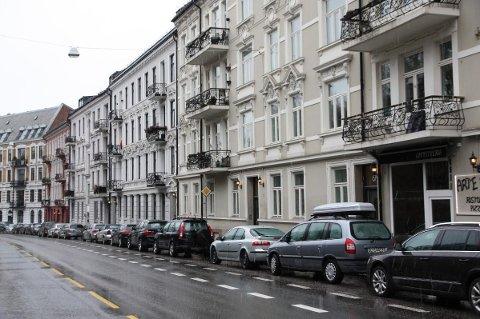 DOBBEL SMELL: De som bor i Ullevålsveien (bildet), mister først parkeringsplassene, og så må mange av dem finne seg en ny bil.