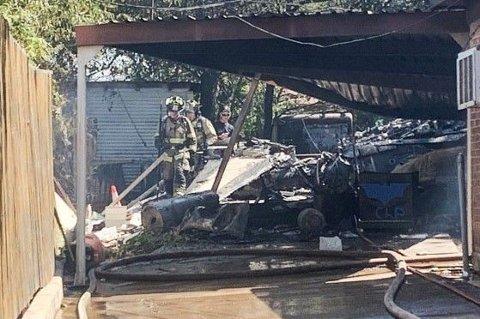 Nødetatene på ulykkesstedet etter at et militærfly styret i Dallas, Texas. Begge pilotene om bord er sendt til sykehus for skadebehandling.
