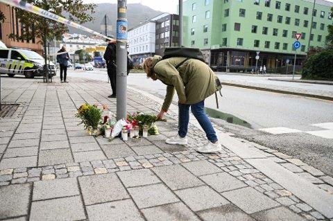 NAV-TRAGEDIEN: Anne-Lene Rasmussen legger ned blomster utenfor Nav. Foto: Emil Weaterhead Breistein/Bergensavisen.
