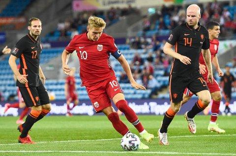 Martin Ødegaard i kamp med Daley Blind og Davy Klaassen under kampen mellom Norge og Nederland på Ullevaal 1.september. Kampen endte til slutt 1-1.