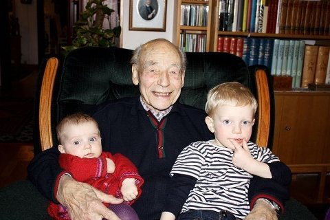 Torstein Gamre (89) med oldebarna Astrid (5 mnd.) og Torstein (2) på fanget. Barna bor på Ljan og er veldig glade for å ha besteforeldre og oldeforeldre i nærheten.Foto: Steinar Wulfsberg-Gamre.