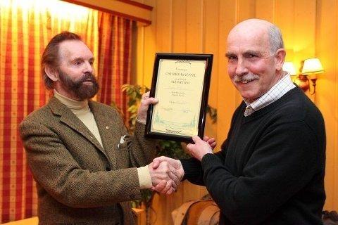 Steinar Saghaug overrakte diplomet til Sverre M. Fjeldstad som bevis på at han nå er æresmedlem av Østmarkas Venner.