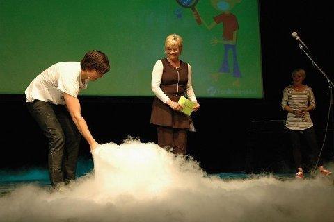 I en stor røyksky dukket Kristin Halvorsen opp midt på scenen.