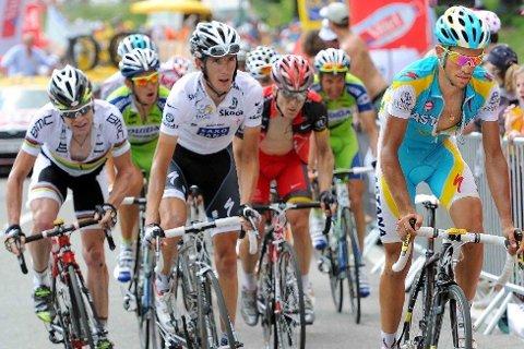 STILLE FØR STORMEN: Alle så på Alberto Contador (Astana) etter at hans hjelperytter Daniel Navarro var ferdig med drajobben. Andy Schleck (Team Saxo Bank) og Cadel Evans (BMC Racing Team) var aldri langt unna Contador.