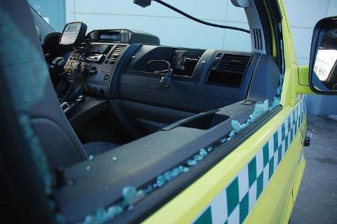 Knuste ruter på fører- og passasjersiden var bare noen av skadene den unge mannen påførte ambulansen som rykket ut til Ausvika i Bodø natt til tirsdag.