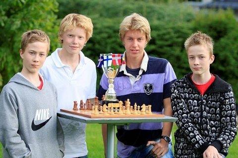 Henning Kjøita (14), Johannes Høva Bøhler (14), Odd Martin Guttulsrud (16) og Torgeir Kjøita (14) tok pokalen hjem til Nordberg. Tor Botheim (15) var ikke til stede da bildet ble tatt.