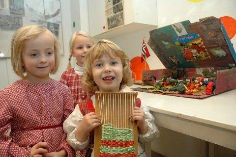 Helene (5), Jenny (5) og Eline (3 1/2) synes det skjer mye morsomt i Disen gård barnehage. Her har de både vevd ogl laget en bondegård.