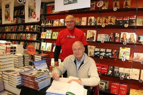 Forfatter Gunnar Pedersen var en populær mann hos ARK på Nordstrand i fjor. Her sammen med bokhandler Rolf Aronsen. Lørdag er han på plass igjen.