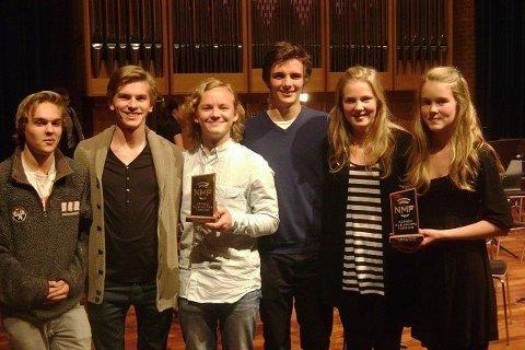 Fra NM for blåsere i oktober. Malene (t.h.) med sin bronsepokal fra NM -finalen for solister, og Pentabrass som fikk bronsepokal i NM finale for ensembler.