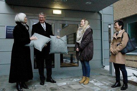 Lov meg at dere konsentrerer dere om studiene nå, sa ordfører Fabian Stang, som sammen med statsråd Tora Aasland ga bort hver sin signerte pute til Vestgrensa 2 sine to første innflyttere, Sunniva Cecilie Rugseth og Linn-Aurora Wengen.