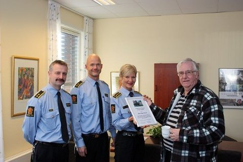 Journalist Arne Vidar Jenssen i Nordstrands Blad er hedret med diplom fra Manglerud-politiet. Her sammen med stasjonssjef Gro Smedsrud, leder av etterforskningsavdelingen Trond Vennatrø og leder av forebyggende avdeling, Dag Harald Drevsjø.