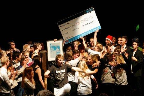 Elevene fra Hartvig Nissen slapp jubelen løs da de ble annonsert som årets beste skolerevy.